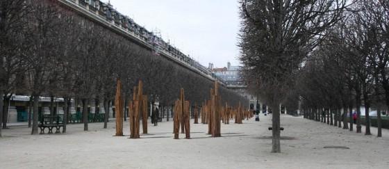 Chung Hyun, Standing Man, installation, Jardin du Palais Royal photo: © Courtesy Chung Hyun