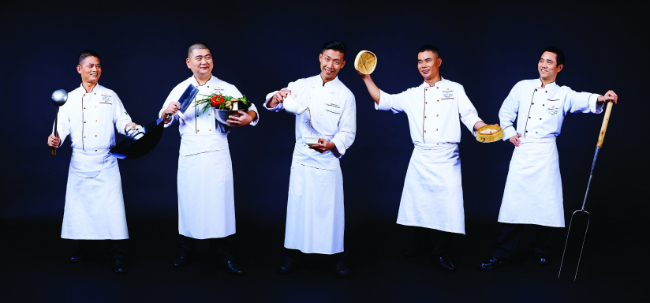 Chef Samuel Lee Sum and his Souschefs - Shang Palace - Shangri-La Hotel, Paris -®Aimery Chemin