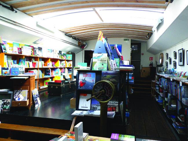 L'Eau et les rêves, the bookshop on a barge