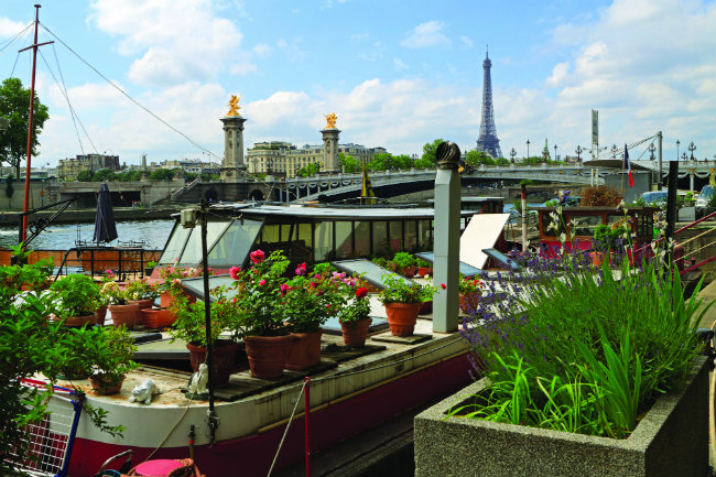 Paris Houseboats Living And Partying On The Seines Pniches