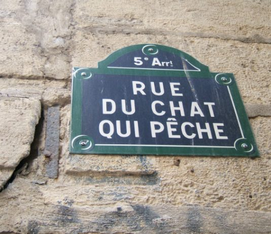 A street sign on the rue du Chat-qui-Pêche