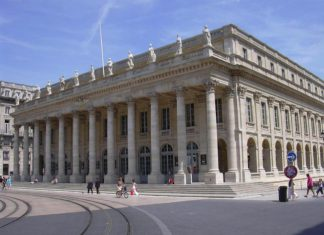 Touring the beautiful city of Bordeaux