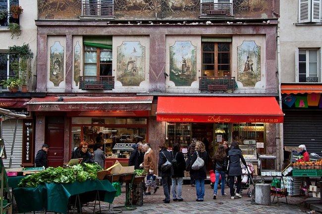 Rue Mouffetard - Façade original des magasins dans Paris. © Creative Commons & besopha