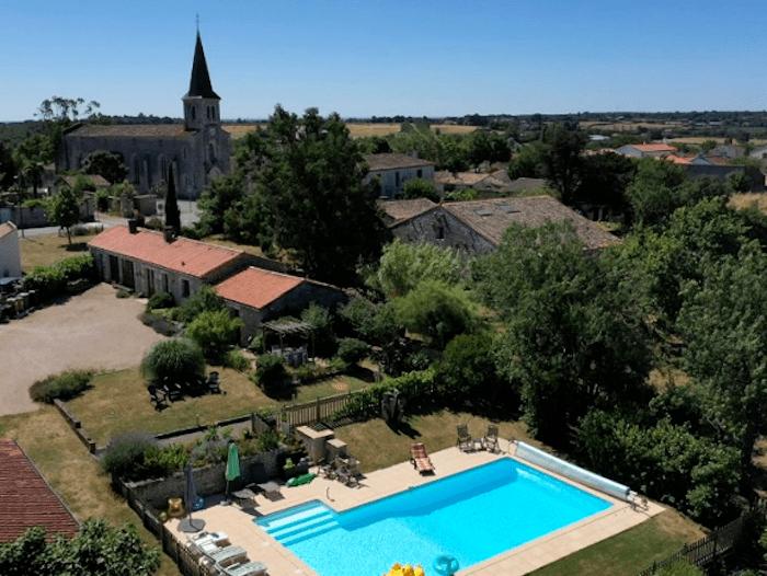Vendée Holiday, L'Écurie
