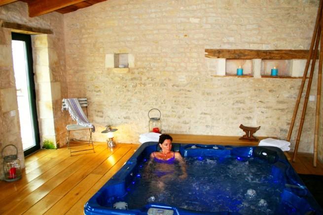 Chambres-dH+¦tes-un-banc-au-soleil-24JACUZZI   France Today