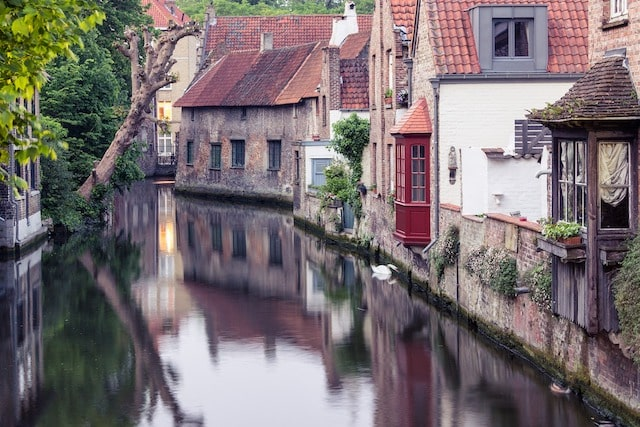 Bruge houses near the water