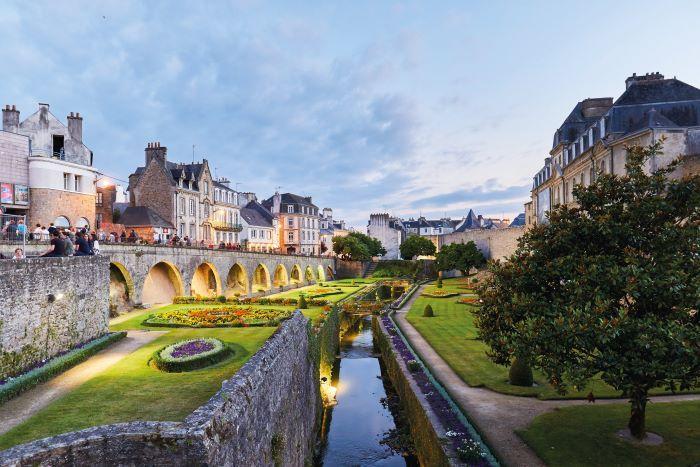 Historic City Centre NIGHT Chateau gardens-CREDIT A.Lamoureux - Golfe du Morbihan Vannes tourisme