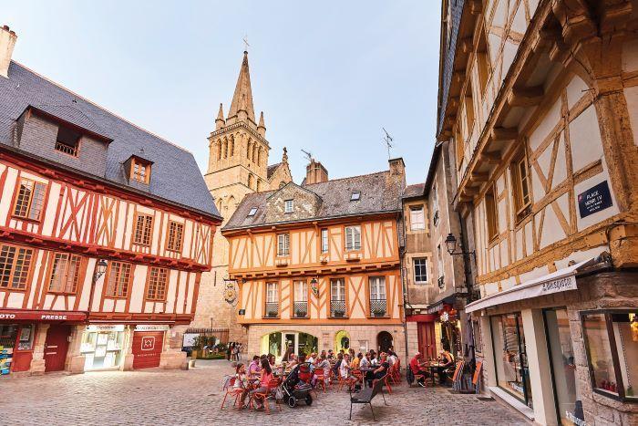 Vannes-Historic Place Henri IV -CREDIT Golfe18@alamoureux