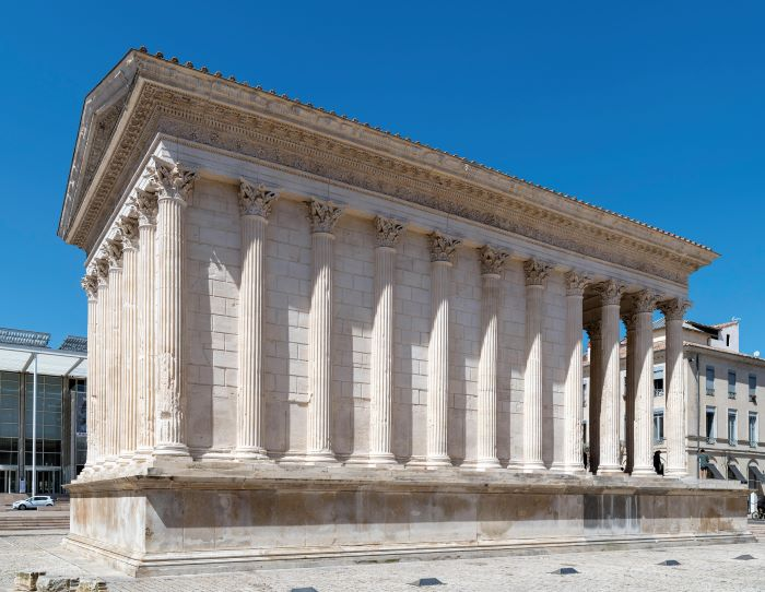 Hemingway stayed at the Imperator in Nîmes, near to the Maison Carrée;